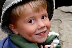 晒日光浴在岩石的新男孩 库存照片