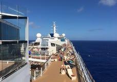 晒日光浴在旅行海上的游轮的甲板的人们 库存图片