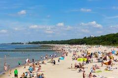 晒日光浴在海滩的度假者在Kolobrzeg 免版税库存照片