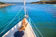 晒日光浴在游艇的美丽的女孩 库存图片