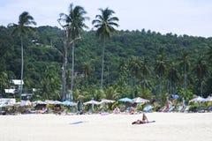 晒日光浴在酸值发埃发埃海滩的人们 免版税库存图片
