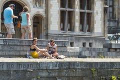晒日光浴的夫妇聊天和 库存图片