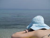 晒日光浴的妇女年轻人 免版税图库摄影