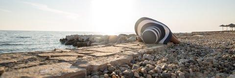 晒日光浴的妇女的全景横幅 免版税库存图片