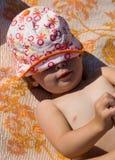 晒日光浴的孩子 免版税库存图片