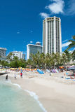 晒日光浴和冲浪在夏威夷奥阿胡岛的威基基海滩的游人 免版税库存图片