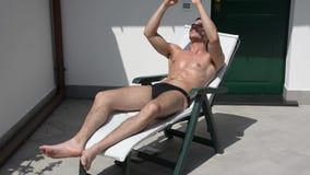 晒日光浴和拍Selfie照片的年轻人 股票视频