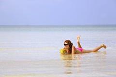 晒日光浴在华美的水晶水,柬埔寨中的可爱的妇女 免版税库存图片