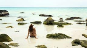 晒日光浴在华美的水晶水,柬埔寨中的可爱的妇女 库存图片
