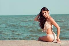 晒日光浴在海边的女孩 库存图片
