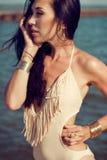 晒日光浴在海边的女孩 库存照片