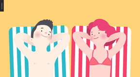 晒日光浴在海滩的愉快的夫妇 免版税库存照片