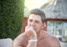 晒日光浴在海滩的成年男性爱好健美者 库存图片