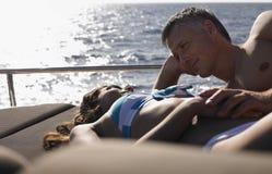 晒日光浴在游艇的浪漫夫妇 库存图片