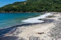 晒日光浴在热带海岛的美丽的女孩 面包渣 免版税库存照片