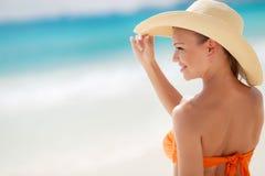 晒日光浴在热带海滩的古铜色Tan妇女 库存图片
