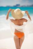 晒日光浴在热带海滩的古铜色Tan妇女 库存照片