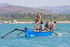 晒日光浴在船的妇女 免版税图库摄影