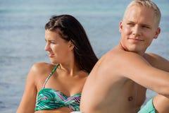 晒日光浴愉快的年轻的夫妇 免版税库存图片
