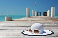 晒日光浴海滩组人松弛的场面 免版税库存图片