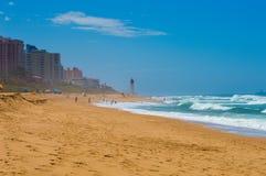 晒日光浴海滩组人松弛的场面 库存照片