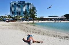 晒日光浴澳大利亚的人 免版税库存照片