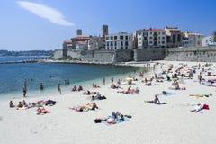 晒日光浴的人安地比斯市海滩法国 免版税图库摄影
