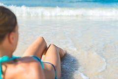 晒日光浴的妇女年轻人 库存图片