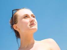 晒日光浴的妇女 库存图片