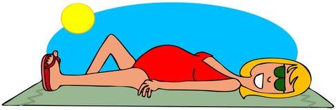 晒日光浴的孕妇 免版税库存照片