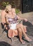 晒日光浴资深的妇女 库存图片