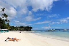 晒日光浴Alona海滩白色的沙子 免版税库存图片