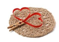 晒衣夹连接的红色纸心脏 免版税库存图片