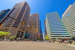 晒衣夹雕塑和摩天大楼第15个街道视图在菲尔 库存照片