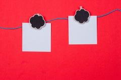晒衣夹,与一个地方的纸写的 免版税库存照片
