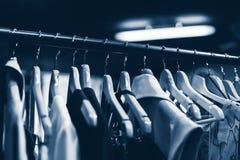 晒衣架在时尚商店 给企业概念穿衣 免版税库存图片
