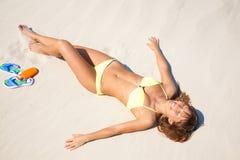 晒黑妇女年轻人的海滩比基尼泳装 免版税库存图片