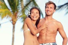 晒黑适合的身体夫妇海滩旅行画象 库存图片