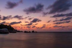 破晓在海和岩石在一个热带海岛上 库存图片