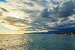 破晓在清早美丽的多彩多姿的云彩,海,海岸,克利特,希腊 免版税库存图片