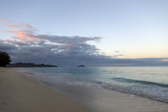 破晓在看往Mokulua海岛的Waimanalo海滩 库存图片