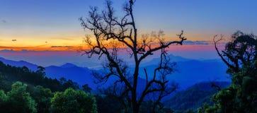 破晓在从Mae,部落村庄Thailan的山风景 免版税库存照片