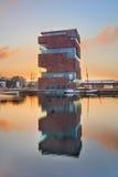 破晓的MAS博物馆,反映在一个港口的水中在安特卫普市中心,比利时 免版税库存照片