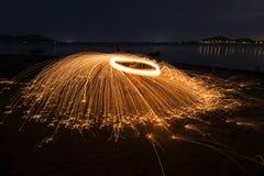 晚上与自然的火跳舞 库存图片