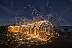 晚上与自然的火跳舞 免版税库存照片