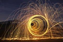 晚上与自然的火跳舞 免版税图库摄影