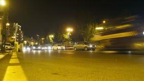 晚上业务量在城市 与光的汽车驱动在夜路 时间间隔 股票视频