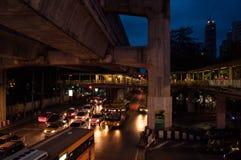 晚上交通在街市的曼谷 免版税库存照片
