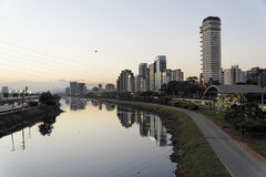 晚上保罗pinheiros河圣地 库存照片