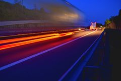 晚上做运输和后勤学在高速公路的射击了卡车 高速公路交通-行动在a的被弄脏的卡车 图库摄影